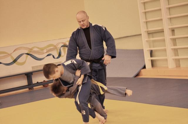 Детям нужно объяснить, в какой ситуации можно применить свою силу, когда нужно бить, а когда лучше уйти.