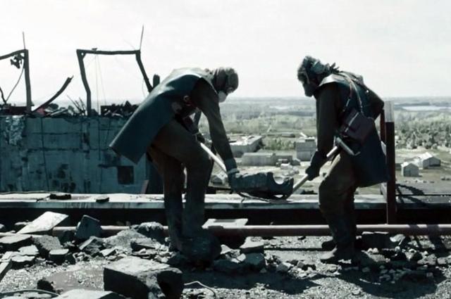 Сброс радиоактивного графита с крыши станции.