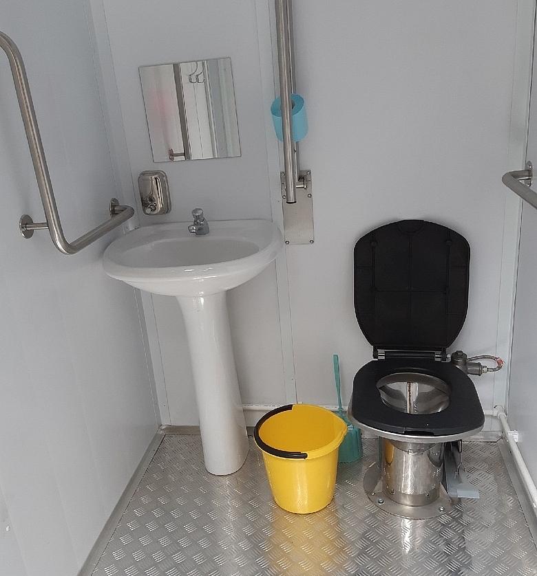 Изнутри туалет никак не выдаёт свой интеллект.
