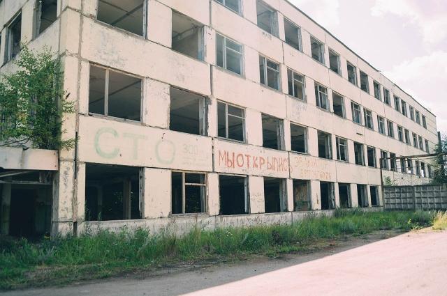 Заброшенное здание находится неподалеку от жилых домов и детской площадки.