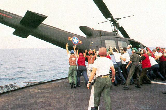 Южновьетнамский вертолёт сталкивают за борт корабля, чтобы освободить место на палубе, 1975 г.