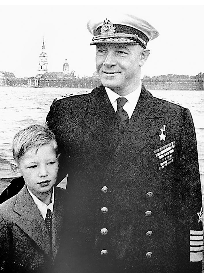 С отцом, адмиралом Н. Г. Кузнецовым, 1947 г.