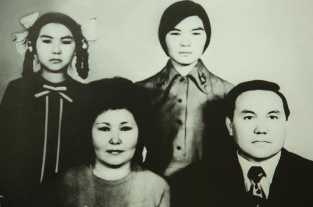 Нурсултан Назарбаев ссупругой Сарой Алпысовной исдочерьми Даригой иДинарой.