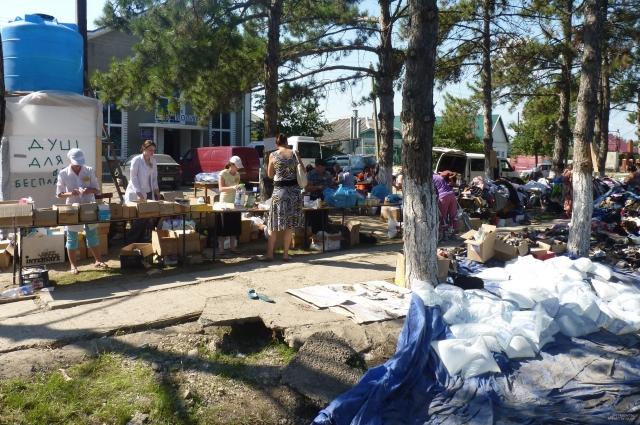 По всему Крымску были развернуты пункты гуманитарной помощи. Вещи для пострадавших собирали всей страной.