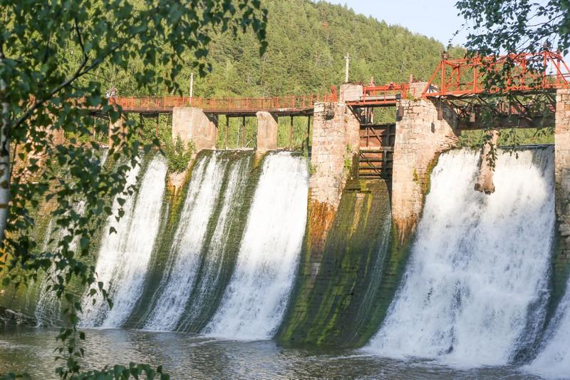 ГЭС «Пороги», запущенная под Саткой в 1910 году, была окончательно остановлена только в 2017-м. Она предназначалась для электроплавильного производства, а сейчас представляет собой исторический объект, включённый в программу маршрута.
