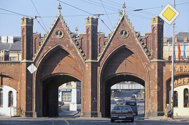 Бранденбургские ворота в Калининграде входили в систему обороны города и служили укрытием при въезде в него. Это единственные городские ворота Калининграда, до сих пор использующиеся по прямому назначению