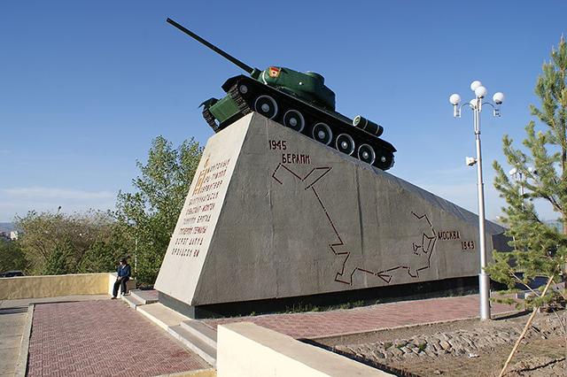 Танк из бригады на монументе, изображающем её боевой путь в Великую Отечественную войну (у подножия холма Зайсан-Толгой, Улан-Батор)