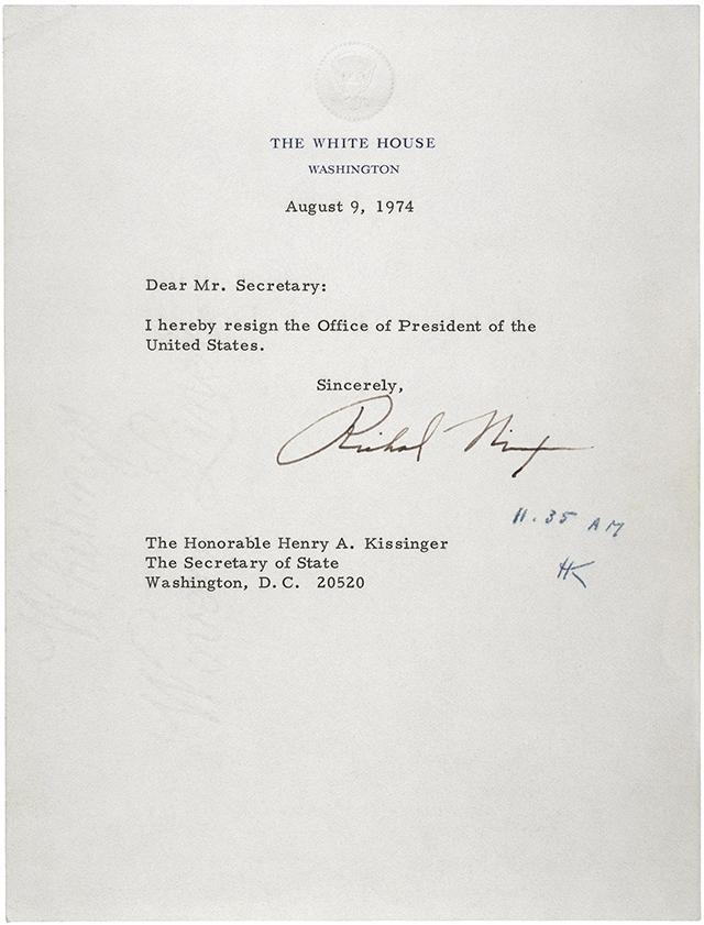 «Достопочтенному Генри А. Киссинджеру, Государственному секретарю. Уважаемый Государственный секретарь, настоящим я оставляю должность президента Соединённых Штатов. С уважением, Ричард Никсон. 9 августа 1974»