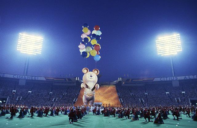 Прощание с олимпийским мишкой во время церемонии закрытия Олимпиады-80 в Лужниках