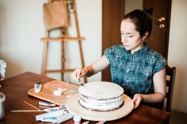 Для работы Настасья использует инструменты художника.