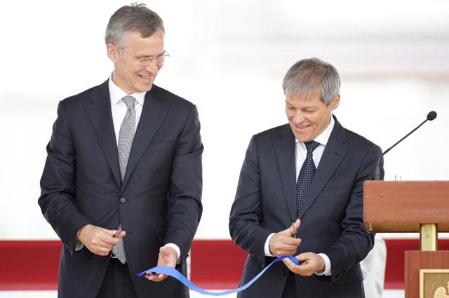 Генеральный секретарь НАТО Йенс Столтенберг ирумынский премьер-министр Дачиан Чолош нацеремонии открытия системы ПРО вДевеселу наюге Румынии.