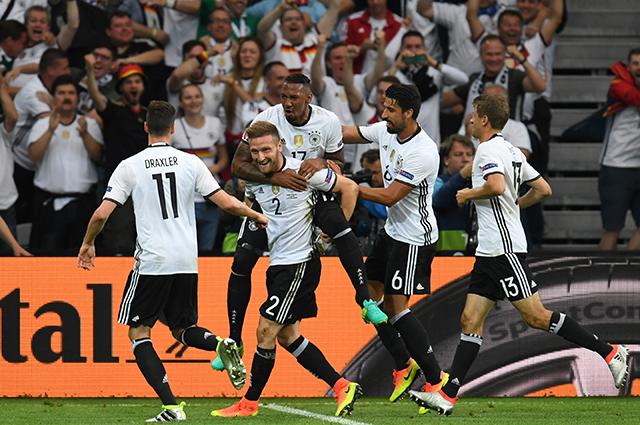 Сборная Германии празднует гол в ворота команды Украины.