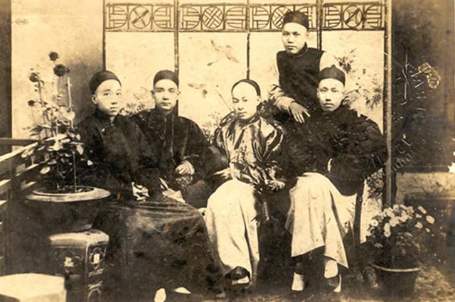 «Четыре бандита»: Ян Хаолин, Сунь Ятсен, Чэнь Шаобо, Ю Шаован (Ю Ле). Стоит — Чжэн Шилян. Фото 1888 года.