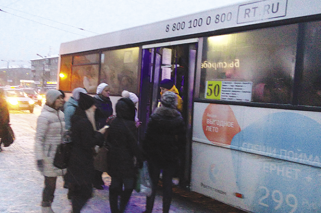Утром зайти в автобус удается не всем.