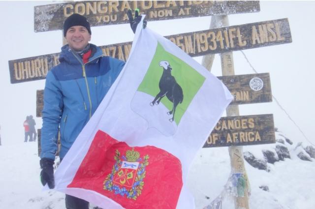Флаг с гербами Бугуруслана и Оренбургской области развевается теперь над самой высокой точкой Африки.