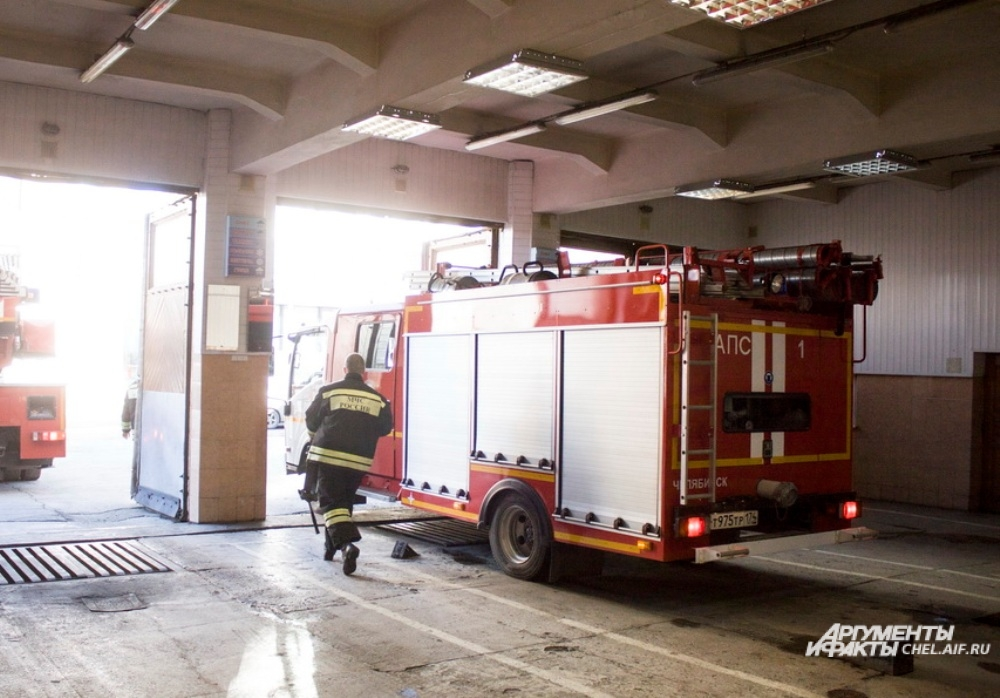 Выезд можент случится в любое время, и пожарные должны за минуту экипироваться и выбежать на улицу для посадки в машину