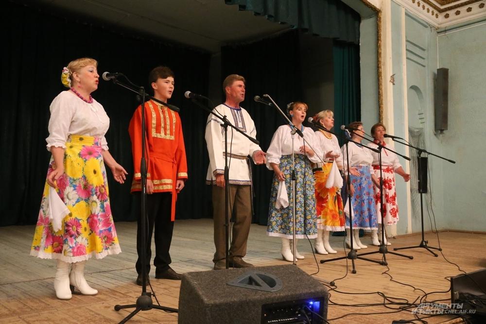 Русской народной песней встретил нашу редакцию ансамбль «Вереница».