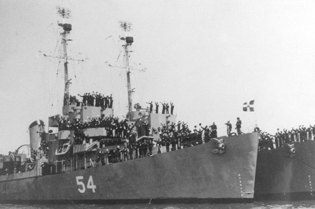 HNS Leon D-54, ранее USS Eldridge DE-173, вскоре после передачи, 25 июля 1951 года, Бостон, штат Массачусетс.