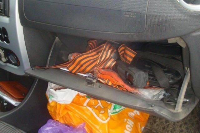 Гражданин перевозил запрещенную символику в бардачке машины