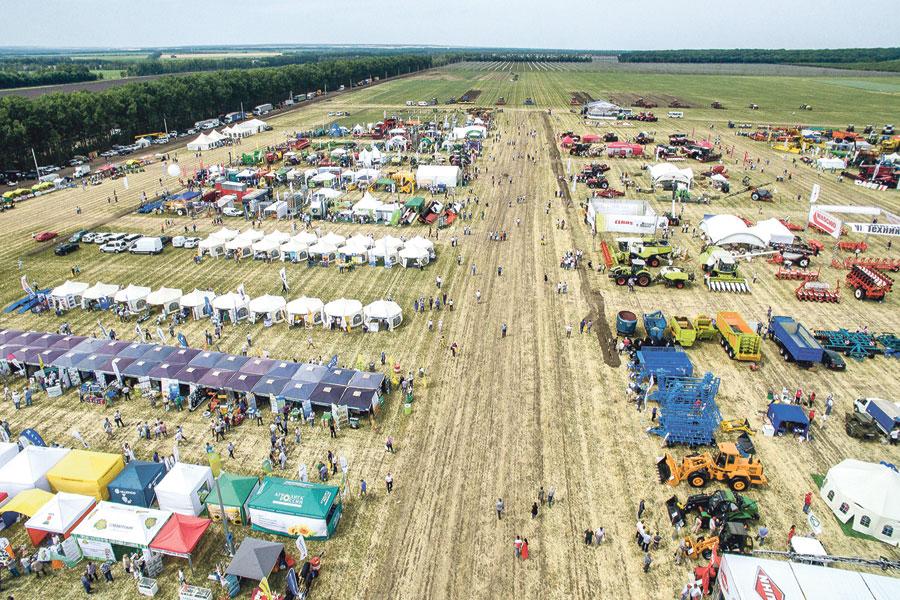 На поле было заложено 126 опытных демонстрационных делянок сельхозкультур общей площадью 8 га.