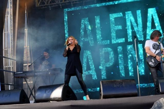 Алёна Апина исполнила всем известные хиты 90-х годов.