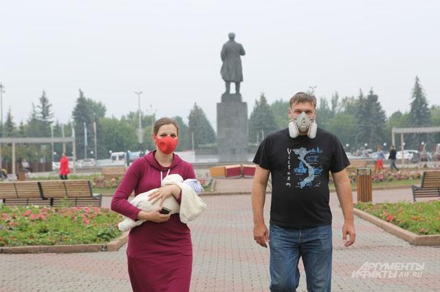 В Красноярске без антисмоговой маски дышать тяжело.