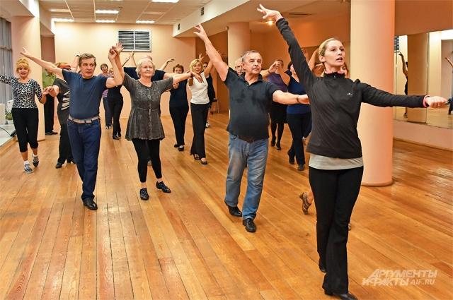 Преподаватель Марина Шпагина показывает «долголетам» основную стойку в танце ча-ча-ча.