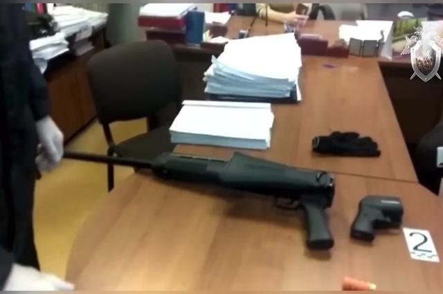 Ружье, из которого, предположительно, вооруженный мужчина убил судебного пристава и тяжело ранил свидетеля-женщину в судебном участке мирового судьи Новокузнецка.