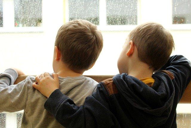 Чтобы защитить детей, лучше купить на окна фиксаторы.