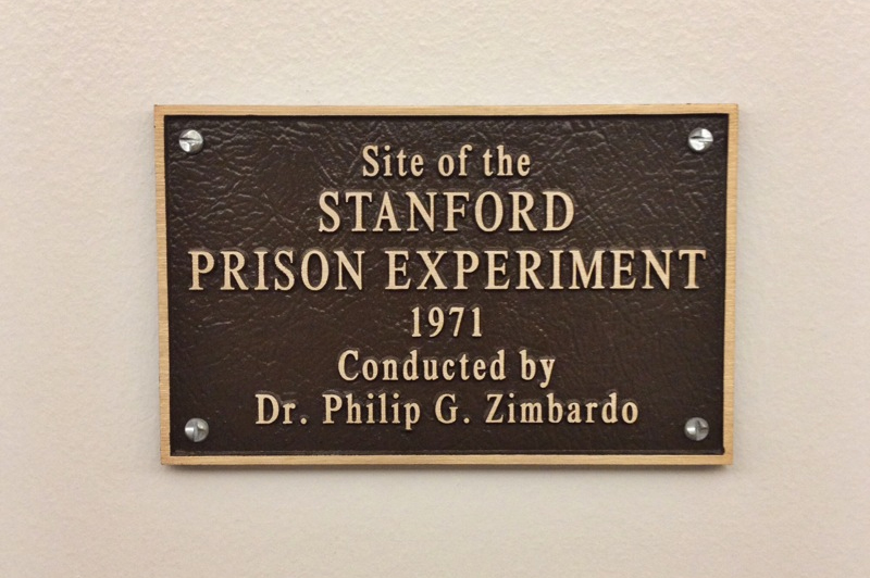 Мемориальная доска в месте эксперимента в Стэнфордской тюрьме.