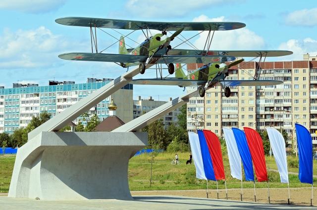Архитектурная  композиция «Первым лётчикам России, героическим авиаторам Комендантского аэродрома» в Санкт-Петербурге.