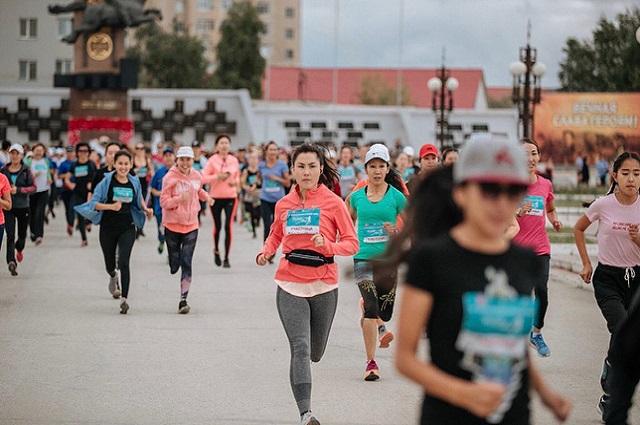 В забеге приняли участие не только спортсменки.