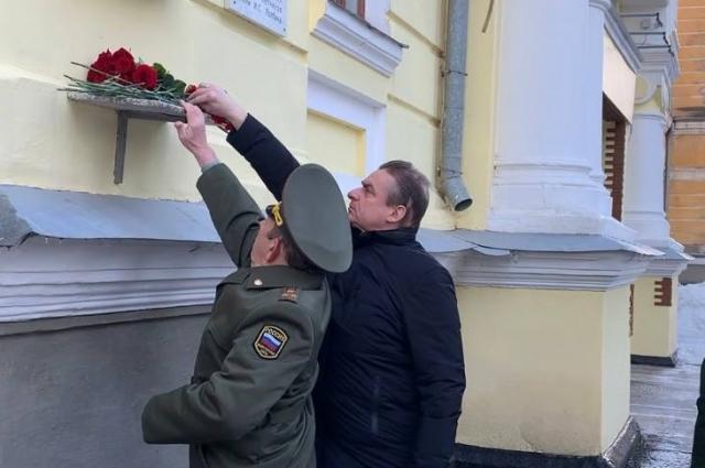 На территории Неплюевского кадетского корпуса возложили цветы к мемориальной доске.