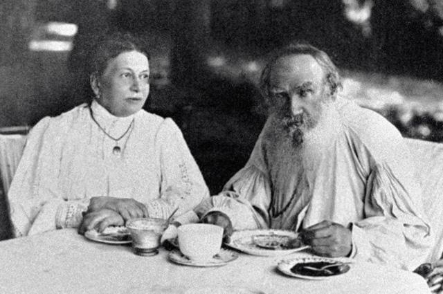 Писатель Лев Николаевич Толстой и его супруга Софья Андреевна пьют чай дома в Ясной Поляне, 1908 год