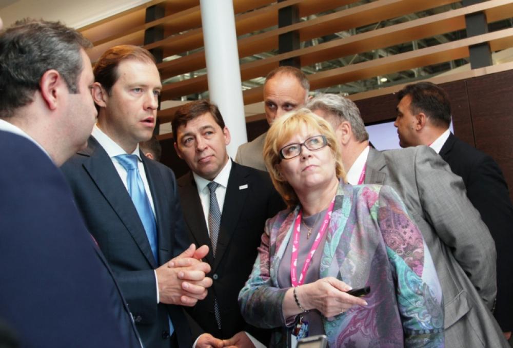 Министр промышленности и торговли РФ Денис Мантуров (второй слева) познакомился с Томинским проектом РМК в Екатеринбурге на международной выставке «Иннопром–2014». И с тех пор активно его поддерживает.