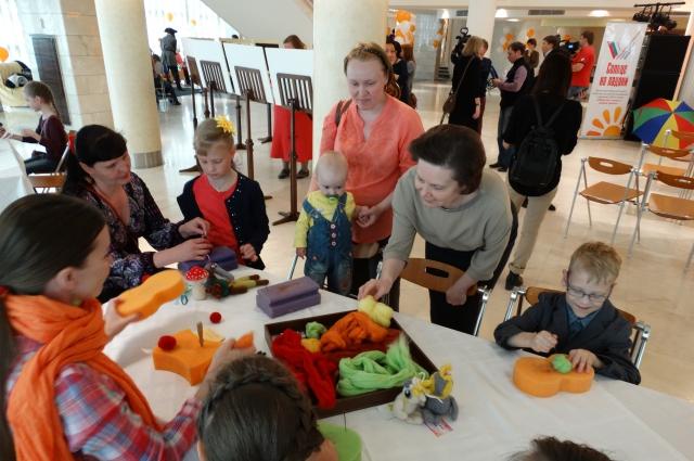Наталья Комарова общается с детьми, пришедшими на праздник.