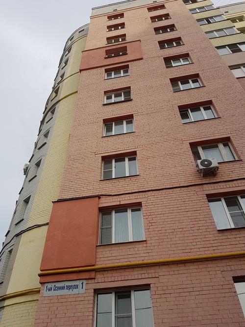 В доме №1 ровно 250 квартиры. Все без тепла и горячей воды.