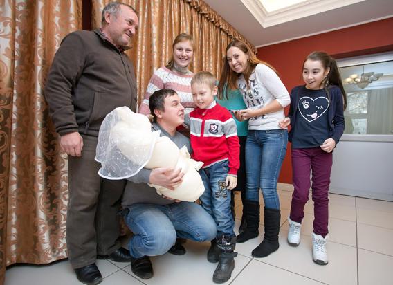 Нияз и Неля Галеевы знакомят своего старшего сына Ильяса с сестрёнкой Аделиной.