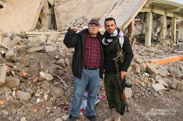 Корреспондент «АиФ» Георгий Зотов (слева) с бойцом курдского ополчения в пригороде Мосула.