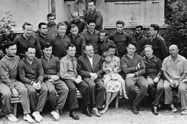 Первый отряд советских космонавтов. В первом ряду в центре - Юрий Гагарин и Сергей Королёв, во втором - Алексей Леонов (первый слева), Герман Титов (шестой слева). Супруга С. Королёва Нина держит на руках дочку члена отряда космонавтов Павла Поповича. \b