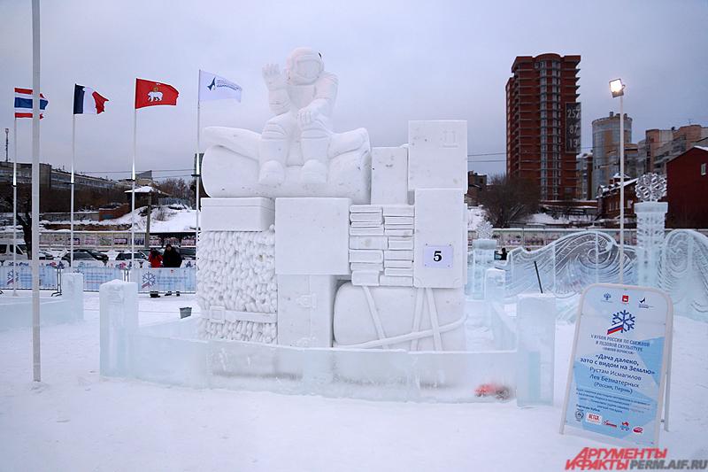 В номинации «Снежная скульптура» победили пермяки - Рустам Исмагилов и Лев Безматерных со скульптурой «Дача далеко, зато с видом на Землю».