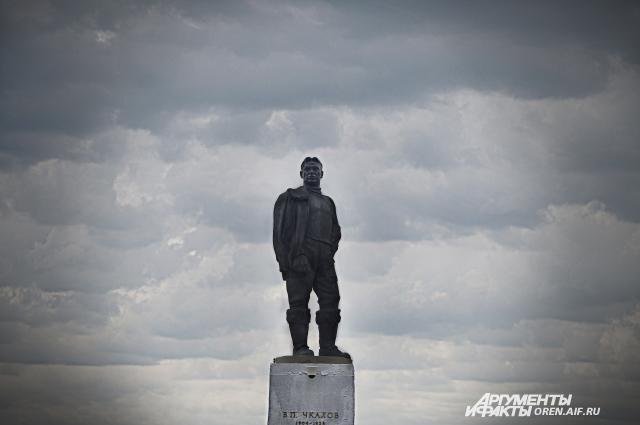 Памятник Чкалову.