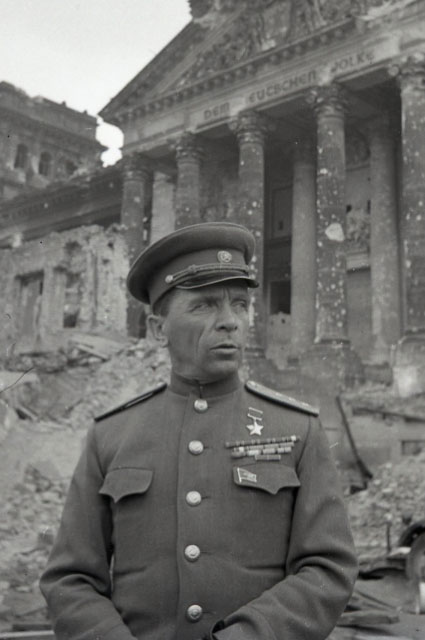 Командующий 65-й армией генерал-полковник  Павел Батов у поверженного Рейхстага. 1945 год.