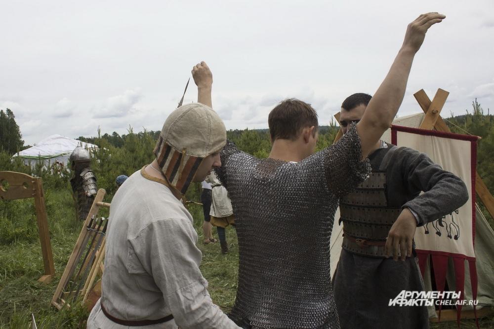 Гости фестиваля могли примерить кольчугу и взмахнуть мечом.