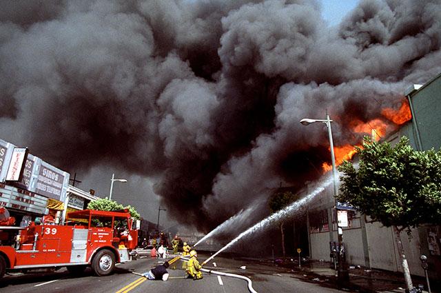 Пожарные ликвидируют последствия беспорядков в Лос-Анджелесе, 1992 г.