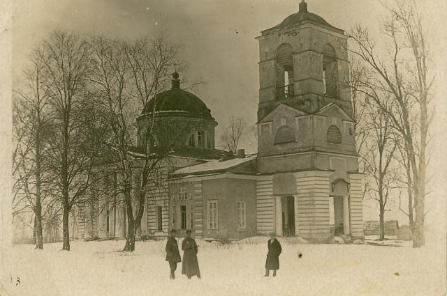 Троицкая церковь в деревне Перхурово до взрыва.