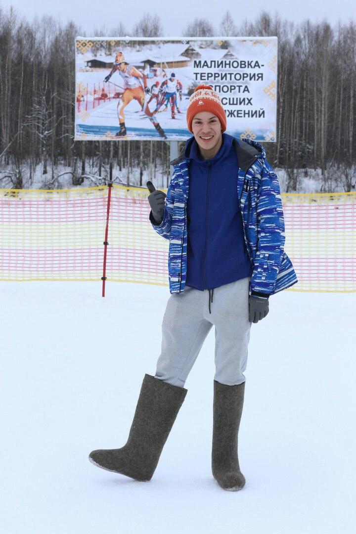 Лыжнику из Мексики местные жители подарили тёплые валенки.