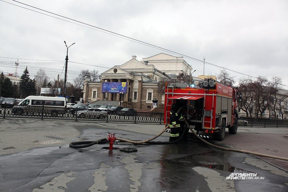 К зданию в центре города прибыли несколько пожарных расчётов.