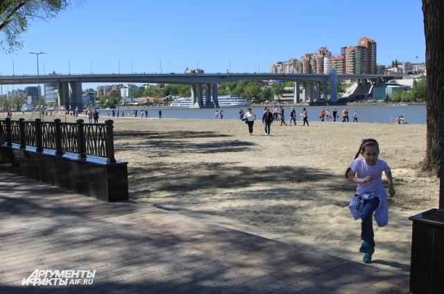 Летом на пляже многие ростовчане предпочтут водные процедуры.