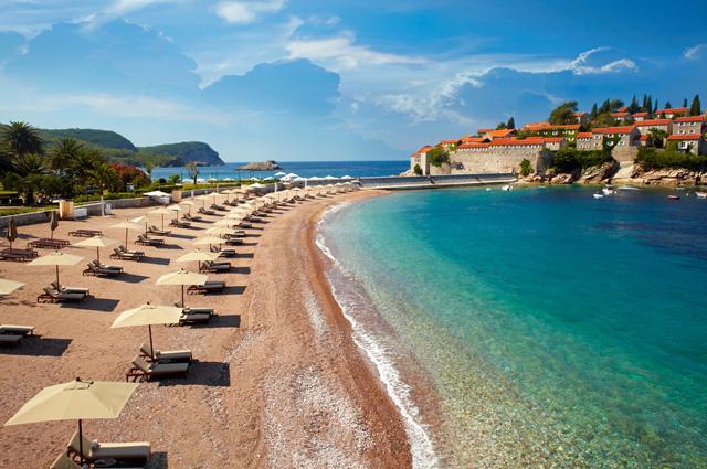 Пляж у острова Свети-Стефан.